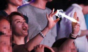 'Mỹ nhân không tuổi' Kim Hye Soo cuồng nhiệt nhún nhảy trên khán đài