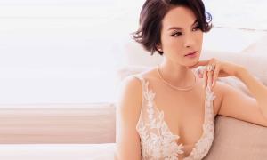 Thanh Mai sexy với váy xẻ ngực sâu