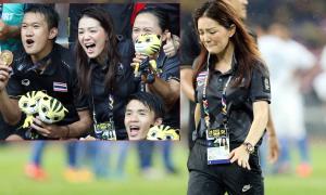 Nữ trưởng đoàn Thái Lan khóc nức nở sau chung kết