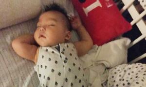 Bé 6 tháng tuổi ham ngủ 'bất chấp' tiếng nhạc ồn ào