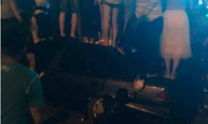 Nhóm thanh niên đứng bẹp ôtô để xem đại nhạc hội miễn phí