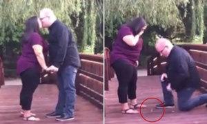 Cầu hôn bạn gái trên cầu, chàng trai đánh rơi nhẫn xuống sông