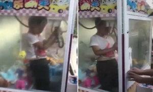 Bé trai mắc kẹt trong máy gắp thú bông vì ăn gian