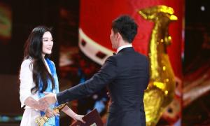 Đoạt giải Ảnh hậu Kim Kê, Băng Băng sung sướng ôm Lý Thần
