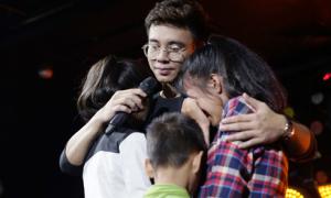 Dù gánh nợ hơn 4 tỷ đồng, Đông Hùng vẫn nhận nuôi 3 em nhỏ
