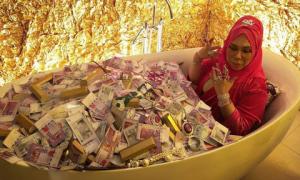 Nữ triệu phú Malaysia hát trong bồn tắm đầy tiền và đồ trang sức