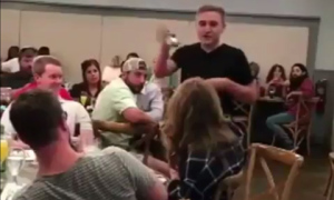 Chàng trai cầu hôn giữa đám đông để trả thù bạn gái phản bội