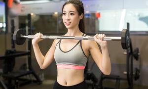 Đỗ Mỹ Linh gợi cảm trong phòng gym trước ngày thi Miss World