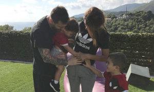 Messi xoa bụng vợ, háo hức chờ đứa con thứ ba