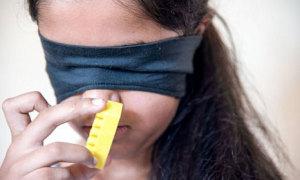 Bé gái 11 tuổi ngửi mùi để phân biệt màu sắc