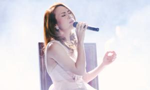 Mỹ Tâm xúc động khi lần đầu hát live hit 'Đừng hỏi em'