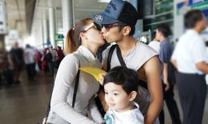 Vợ chồng Khánh Thi - Phan Hiển hôn nhau trước mặt con trai