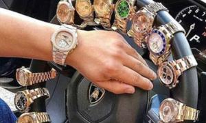 Con nhà giàu Albania đeo đồng hồ cho vô-lăng xe siêu sang