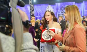 Khoảnh khắc Khánh Ngân giành vương miện Miss Globe 2017