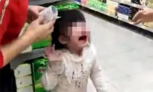 Ông tát cháu gái 4 tuổi chảy máu mũi vì cháu sợ đi thang máy