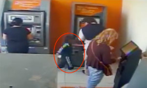 Cậu bé 4 tuổi trộm tiền ở cây ATM trước mũi nạn nhân