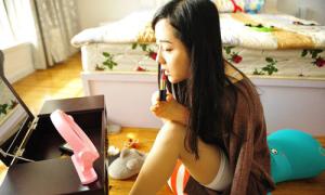 Cô gái trẻ không tay nổi tiếng nhờ livestream mỗi ngày
