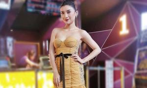 Tiêu Châu Như Quỳnh diện váy bó ngực tới chúc mừng Ưng Đại Vệ