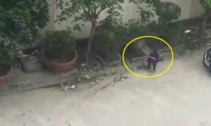 Người phụ nữ nhét cả đống rác xuống cống thoát nước ở Nghệ An