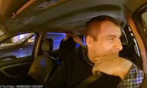Cặp đôi 'thân mật' trong taxi, đòi tài xế ra ngoài 10 phút