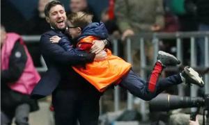 HLV đội hạng nhất bế bổng cậu bé nhặt bóng mừng chiến thắng trước MU