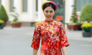 Á hậu Thanh Tú tung tăng xuống phố với áo dài sắc màu