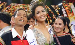 H'Hen Niê nghẹn ngào ôm chặt bố mẹ sau khi lên ngôi Hoa hậu
