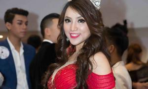 Hoa hậu điện ảnh Jenny Tuyến diện đầm xẻ ngực khi làm giám khảo