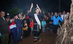 H'Hen Niê mang dép lào múa hát bên lửa trại cùng bà con