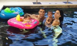 C. Ronaldo thư giãn trong bể bơi với bạn gái và con