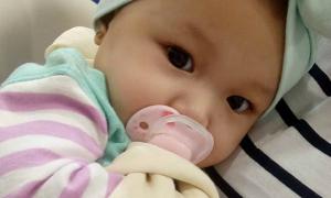 Cô bé 7 tháng tuổi bị gãy xương đòn vì lăn từ trên giường xuống