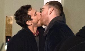 Sam Smith hôn người tình đồng giới cuồng nhiệt trên phố
