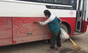 Người đàn ông vẽ lời chúc Tết lên lớp bụi bẩn ôtô