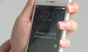 Con nhập mã sai nhiều lần khiến iPhone của mẹ bị khóa gần 48 năm