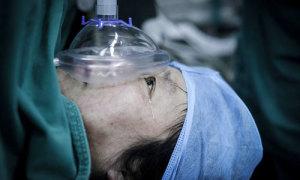 Bà mẹ 48 tuổi bị liệt vẫn cố đẻ sinh đôi sau khi đứa con duy nhất qua đời