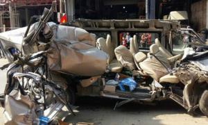 Xe du lịch bay nóc, 2 người chết sau cú tông vào đuôi xe tải