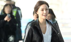 Bà xã Kwon Sang Woo mặc đơn giản ra sân bay