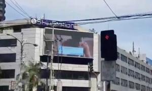 Màn hình quảng cáo giữa giao lộ bất ngờ phát phim khiêu dâm