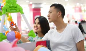 Vợ chồng Tú Vi - Văn Anh đi sắm sửa cho con sắp chào đời