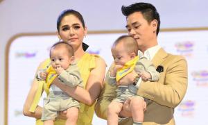 Cặp song sinh của 'mỹ nhân đẹp nhất Thái Lan' mải mút tay khi cùng mẹ đi sự kiện