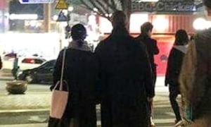 Vợ chồng Song Hye Kyo tay trong tay dạo phố