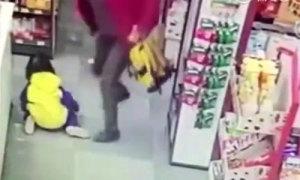 Bà nội đánh, đạp cháu gái vì đòi mua đồ trong siêu thị
