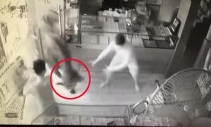 Trâu 'điên' xông vào tiệm vàng ở Thái Nguyên và quậy phá