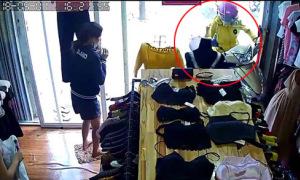 Người phụ nữ lao thẳng xe máy vào cửa hàng ở Huế
