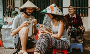 Cặp ngoại quốc chụp hình cưới ở vỉa hè Việt Nam