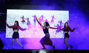 Nam sinh biến thành Chi Pu nhảy 'Đóa hoa hồng' trong đêm nhạc chia tay