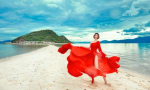 Người mẫu cao nhất VN 'phiêu' với nắng gió ở Nam Vân Phong