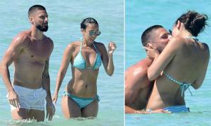 Đồng đội bận thi đấu, Giroud vẫn thoải mái vui chơi bên vợ