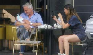 Cựu danh thủ Ginola cưng nựng con gái 6 tháng tuổi