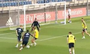 Modric làm 'quân xanh' để hai đàn em biểu diễn kỹ thuật